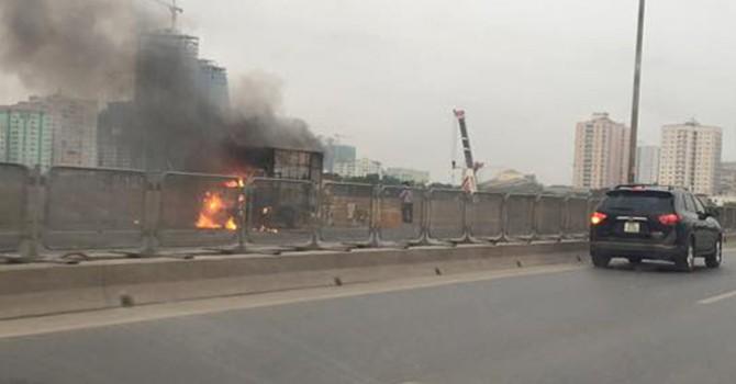 Hà Nội: Xe chở điều hòa cháy dữ dội trên đường cao tốc trên cao