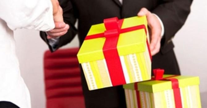 """""""Bạn Facebook"""" giả tặng quà để lừa đảo hàng trăm triệu đồng"""