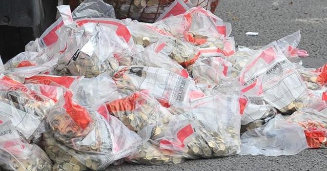 Một triệu bảng Anh tiền xu, tiền giấy đổ xuống đường