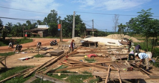 Quảng Trị: Lốc xoáy kèm mưa đá làm tốc mái gần 150 nhà dân
