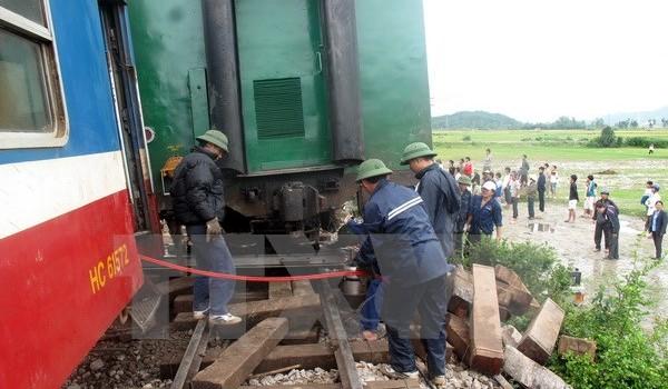 Tàu chở hàng trật bánh, đường sắt Bắc-Nam ùn ứ trong nhiều giờ