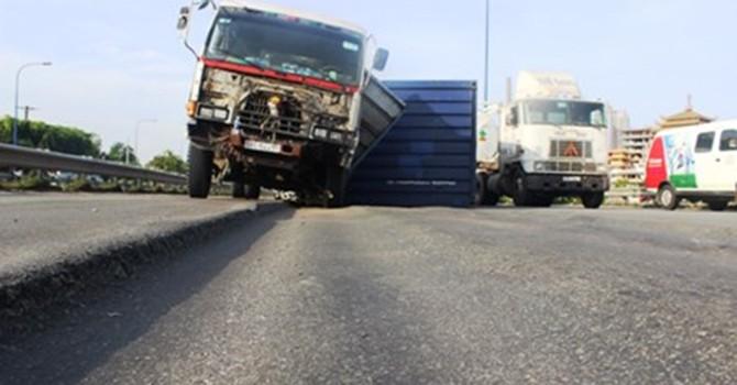 Xe container gặp nạn trên đại lộ nghìn tỷ ở Sài Gòn