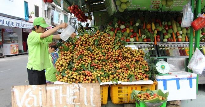 Vải thiều tràn ngập Sài Gòn