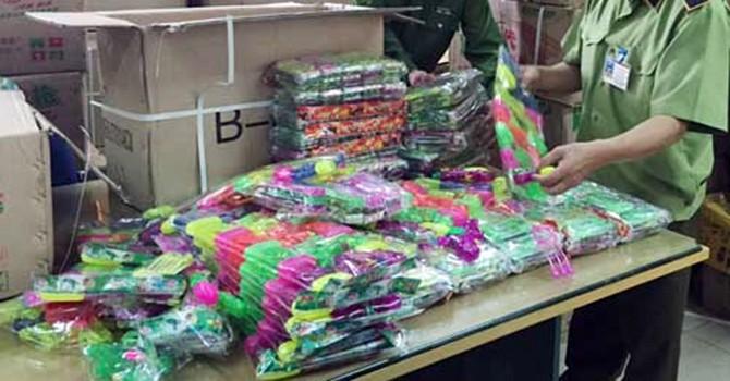 Bắt giữ hơn 4.000 bao thuốc lá lậu và gần 40.000 đồ chơi độc hại