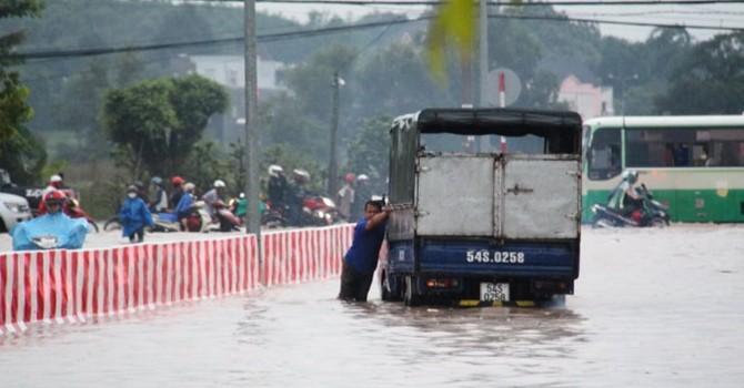 Quốc lộ 13 ngập nặng, hàng trăm xe chết máy