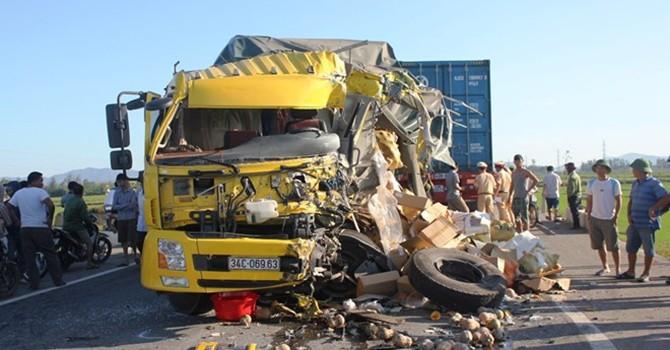 Xe tải tông đối đầu container, quốc lộ 1A tắc 3 km