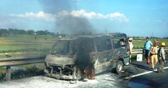 Hà Nội: Xe khách bất ngờ bốc cháy dữ dội trên cao tốc Pháp Vân
