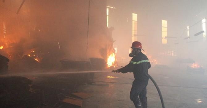 Cháy nổ xưởng sơn trong khu dân cư
