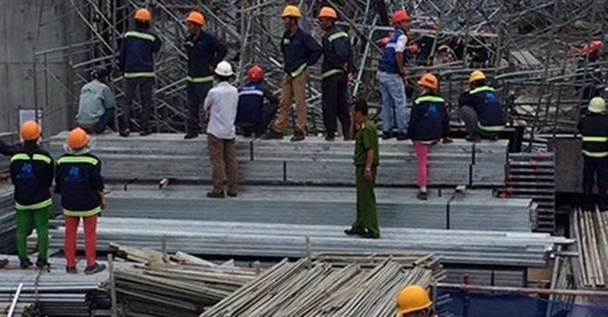 Sập giàn giáo công trình ở Sài Gòn, nhiều người bị thương
