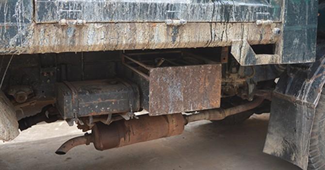 """Tài xế xe tải nghi đổ """"hóa chất lạ"""" xuống quốc lộ 1A bị triệu tập"""
