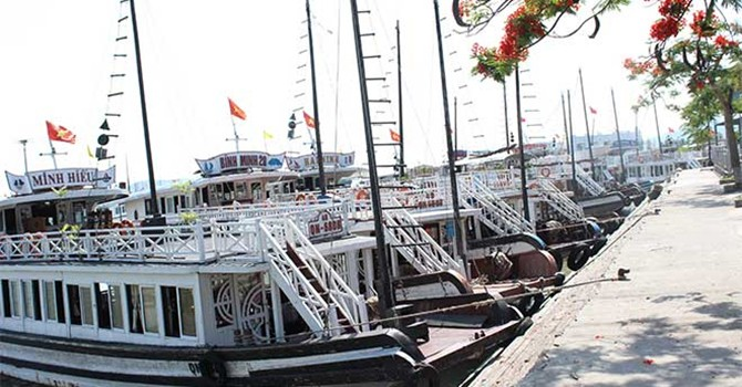Tàu du lịch trên vịnh Hạ Long: Thừa công suất, lo chất lượng