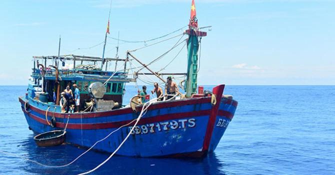 Cứu 12 thuyền viên trên tàu cá hỏng máy, nước rò rỉ