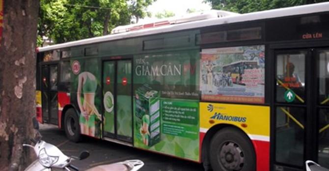 """Quảng cáo """"bủa vây"""" xe buýt: Sở GTVT Hà Nội nói gì?"""