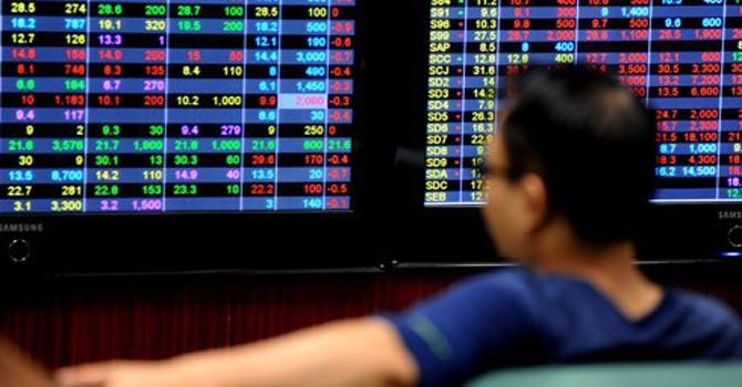 """Chứng khoán 24h: Thị trường tiếp tục lao dốc, """"ngóng"""" thông tư nới room"""