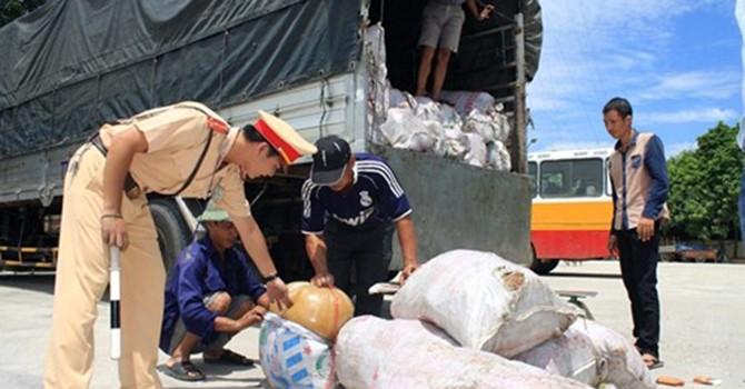8 tấn mỡ thối bị thu giữ trên đường ra Hà Nội