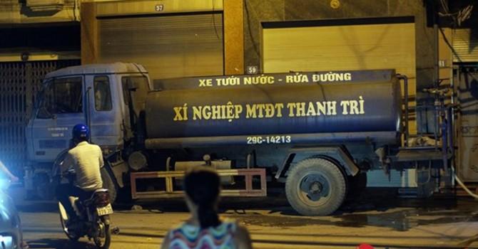 """Người dân Hà Nội phải mua nước từ... xe rửa đường với giá """"cắt cổ"""""""