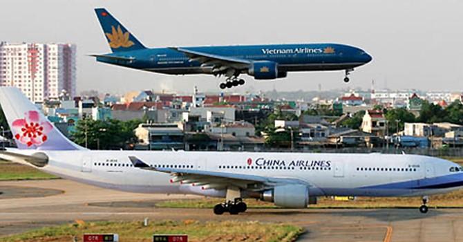 Xe băng chuyền đụng máy bay ở Tân Sơn Nhất