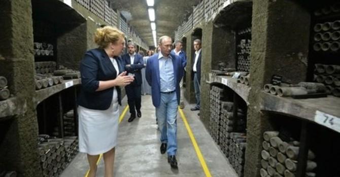 Ông Putin và Berlusconi uống rượu vang ở Crimea, xưởng rượu bị phạt