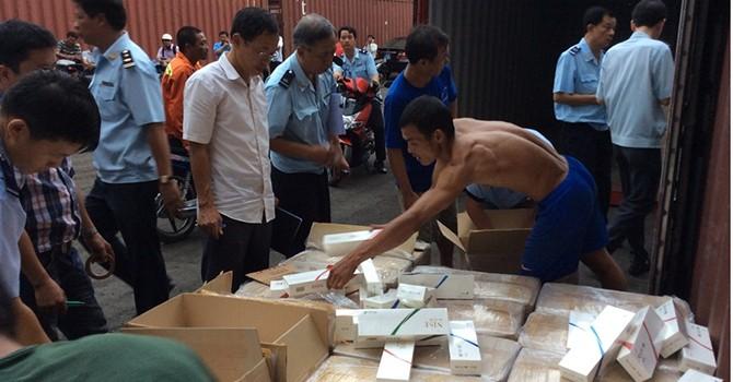 Tạm giữ 3 container thuốc lá xuất khẩu giả xuất xứ