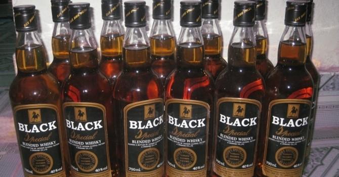 Bắt xe khách chở 144 chai rượu ngoại nhập lậu
