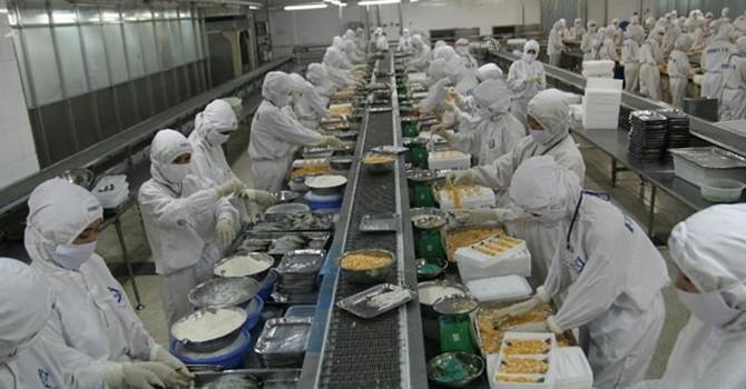 """Nguy cơ thành """"công xưởng"""" chế biến: Nông dân Việt vẫn chẳng có lợi gì!"""