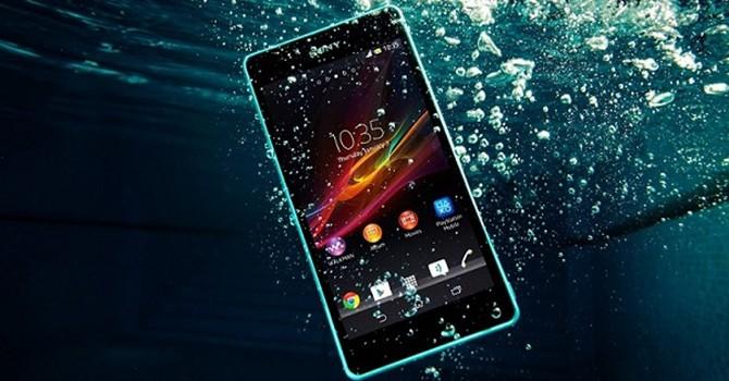 """Smartphone bị """"sặc"""" nước, cứu như thế nào?"""