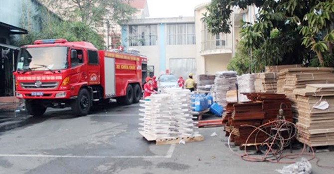 Hàng trăm người tháo chạy khỏi công ty gỗ bốc cháy