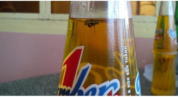 Mua phải chai nước có ruồi bên trong, xử trí sao cho an toàn?