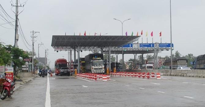 """""""Né"""" trạm thu phí tăng giá gấp 3 lần, hàng trăm lượt xe """"chui"""" khắp thôn cùng ngõ hẻm"""