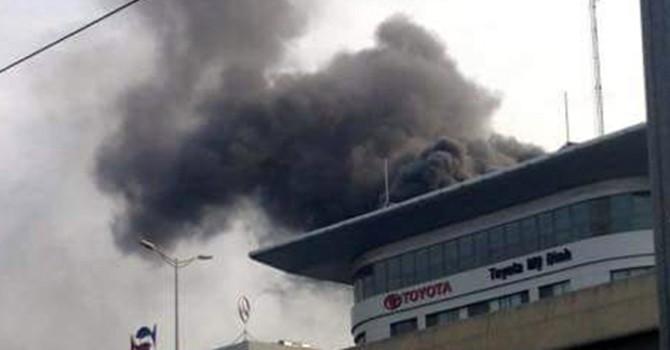 Cháy tòa nhà Toyota Mỹ Đình, khói đen ngụt trời