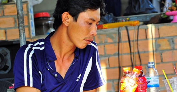Thêm chai trà thảo mộc Dr. Thanh xuất hiện vật lạ bên trong
