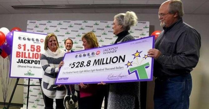 Người đầu tiên trúng giải xổ số 1,6 tỷ USD đã nhận tiền... cọc