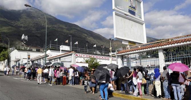 """Xếp hàng dài chờ mua thực phẩm, """"chuyện thường ngày"""" ở Venezuela"""