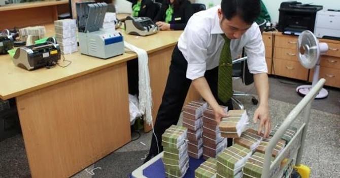 Nỗi cực nhọc ngày tết của người tiếp quỹ ATM