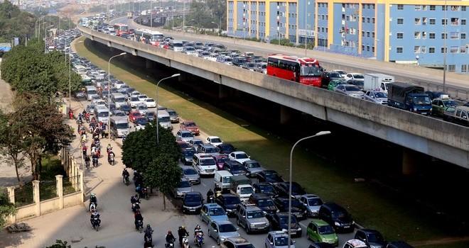 Dòng người về quê ăn tết kiến cửa ngõ thủ đô kẹt xe kéo dài hàng cây số