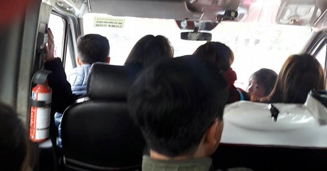 """Xe khách nhồi nhét, """"thượng đế"""" ngồi luôn ghế tài xế!"""
