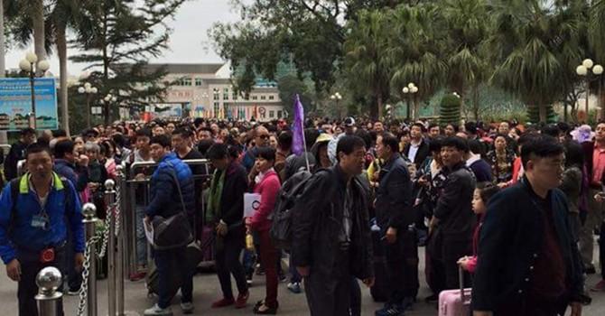 Khách Trung Quốc kẹt cứng tại cửa khẩu Móng Cái
