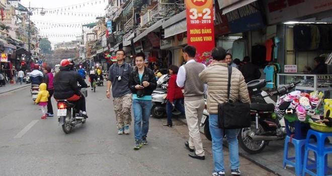 """Vỉa hè """"thách đố"""" người đi bộ, hơn 400 người bị phạt"""