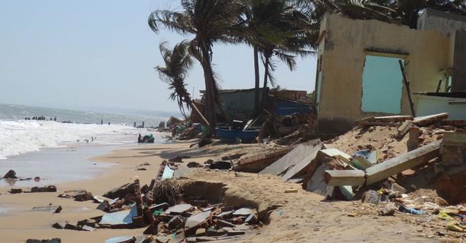 Sóng đánh sập 48 căn nhà ở Phan Thiết