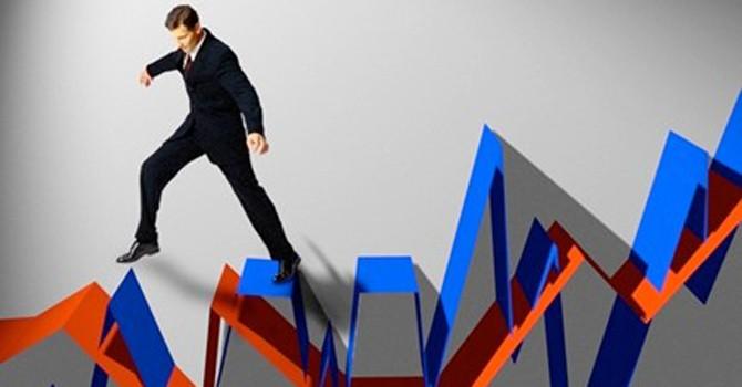 Đầu tư chứng khoán: Vì sao có lúc quyết định mua ở đỉnh, bán ở đáy?