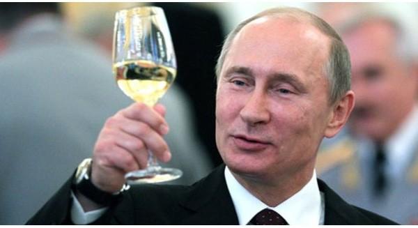 Kinh tế Nga suy thoái nhưng điều gì khiến ông Putin mỉm cười mãn nguyện?