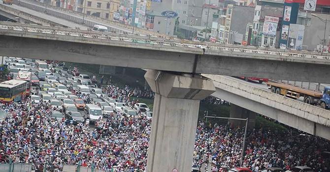 """Hà Nội: Giao thông đang tăng trưởng ở mức """"nước sôi"""" và báo động về ô nhiễm"""