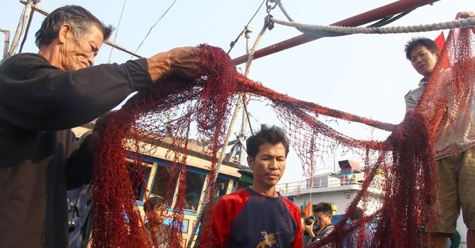 """Ngư dân tố hải cảnh Trung Quốc dọa """"bắn chết"""": Đúng là bọn cướp biển"""