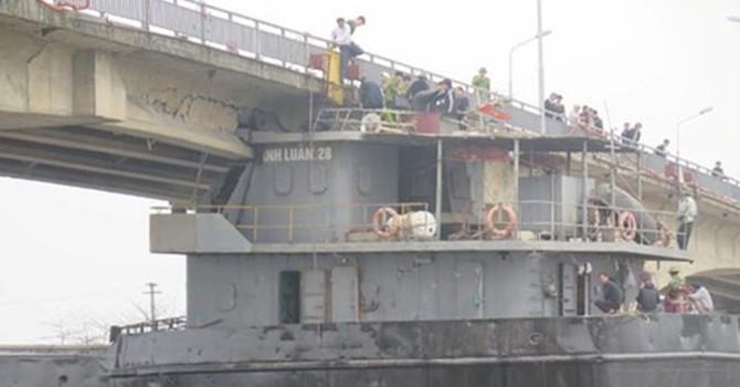 Tàu trọng tải lớn đâm hỏng cầu An Thái: Dân phải qua sông bằng phà, đò hoặc đi vòng
