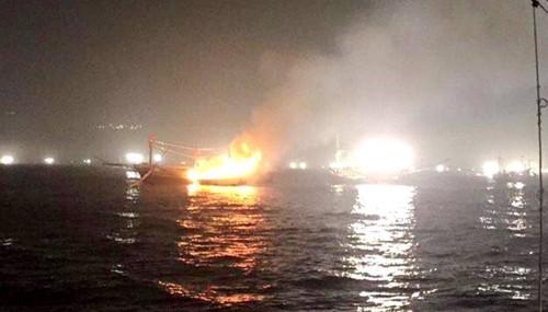 Tàu cá gần 7 tỷ bốc cháy trên biển, 11 ngư dân thoát nạn