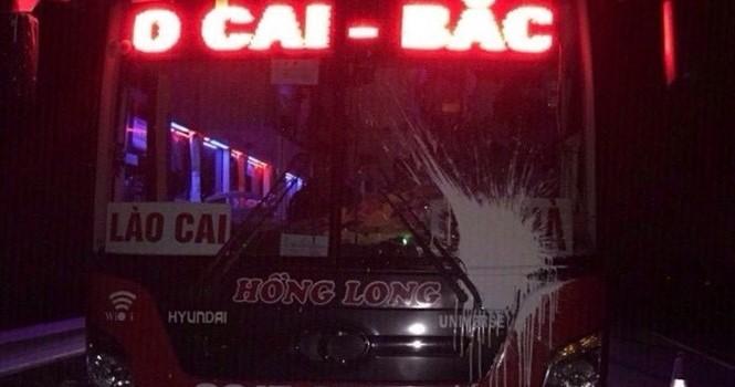 Xe khách bị ném đá, ném sơn trên cao tốc Nội Bài - Lào Cai