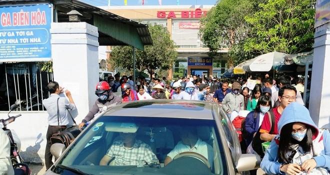 Hàng nghìn người vật vã ở ga Biên Hòa sau khi cầu Ghềnh sập