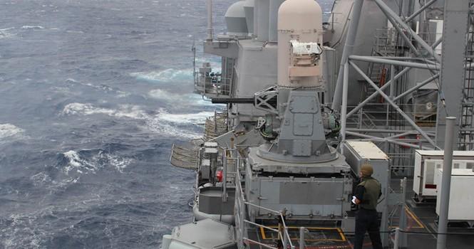 Giáp mặt trên Biển Đông, tàu chiến Mỹ và Trung Quốc khen... trời đẹp