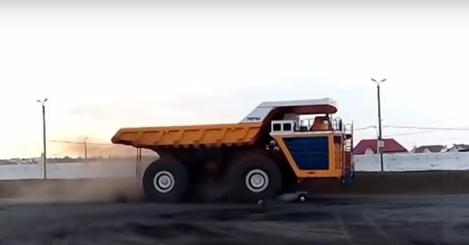 """[Video] Điều gì sẽ xảy ra khi """"Siêu xe tải"""" BelAZ đi qua xe con"""