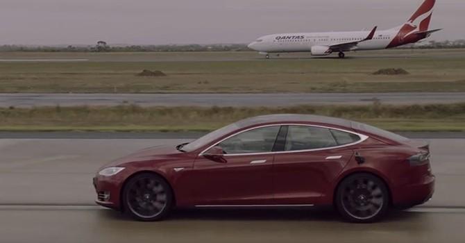 [Video] Xe hơi điện đua tốc độ với máy bay Boeing 737